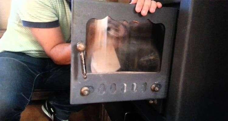 Cómo limpiar la puerta de cristal de la chimenea